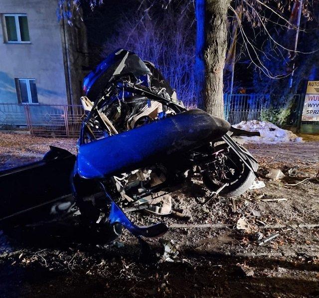 В Польше в ночной аварии погибли двое украинцев: Volkswagen на полной скорости врезался в дерево