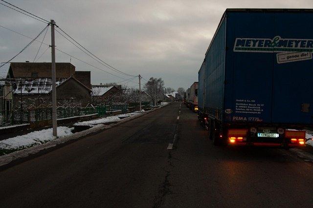 Водители фур запасаются водой и едой: В Закарпатье на границе с Венгрией бесконечная очередь