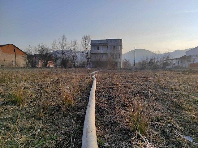 Горит сухая трава, а с ней и жилые дома…