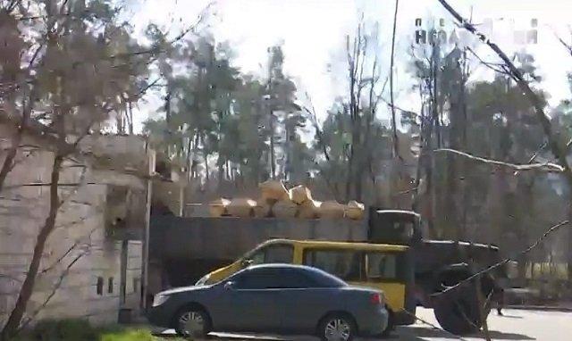 В Киевскую больницу № 3 гробы привезли грузовиком, фото Яна Доброносова