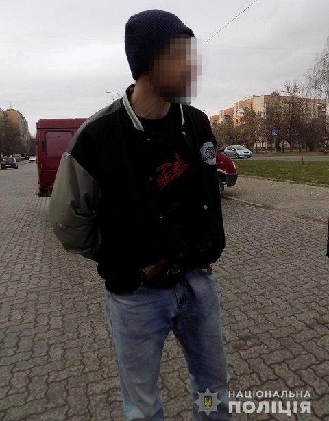 Подозрительный ужгородец разгуливал по улицам с оружием