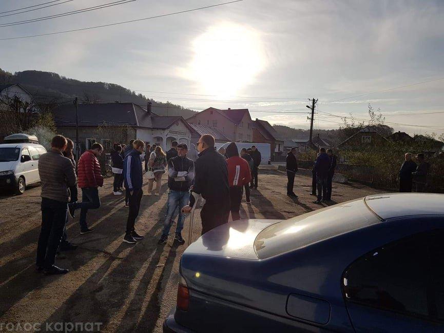 В Закарпатье толпа людей устроила протест и полностью перекрыла дорогу