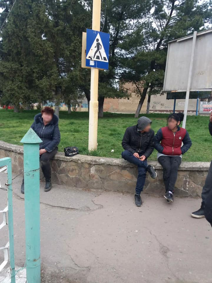 Отобрали силой: В Ужгороде группа мужчин напала на женщину