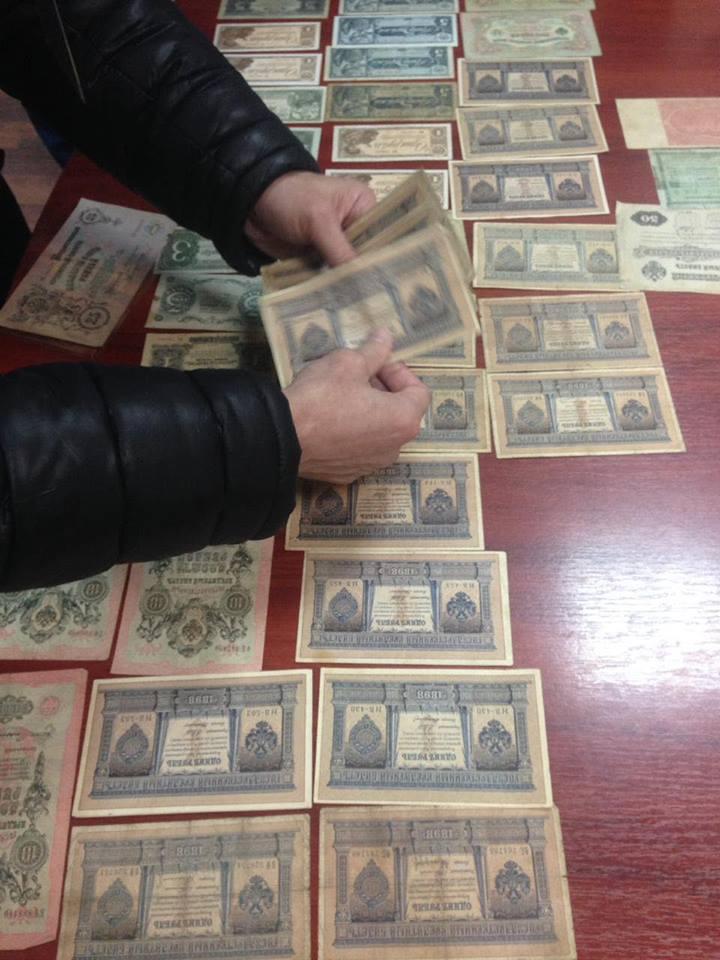 """Стражі кордону сусідів Закарпаття під час огляду авто """"Рено"""" виявили старовинні монети та банкноти"""