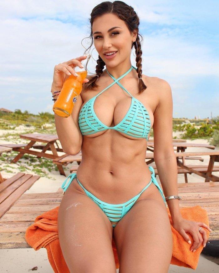 30 летняя дамочка сексуально раздевается оголив пышные булки у бассейна  564068