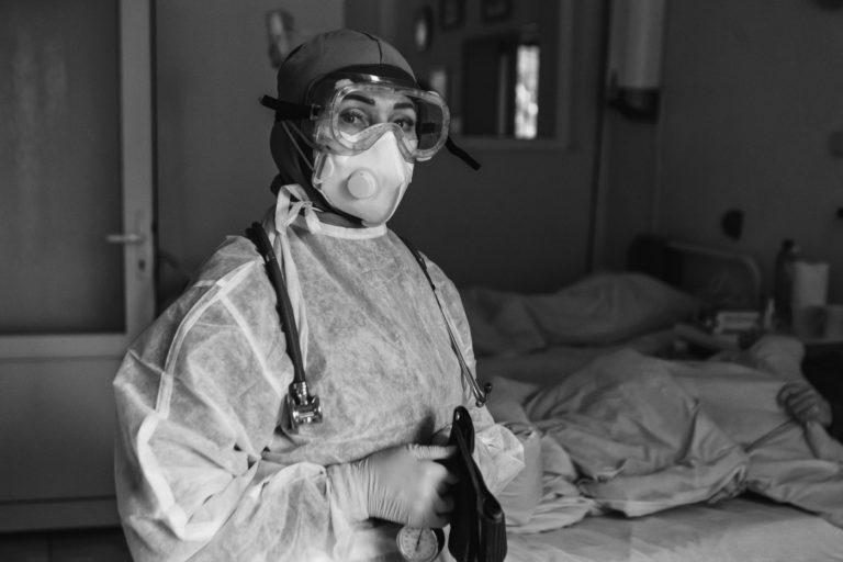В Ужгороде фотограф показал через призму объектива мир тех, кто каждый час борется с COVID-19