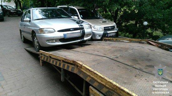 Ужгородские патрульные эвакуировали авто за неправильную парковку