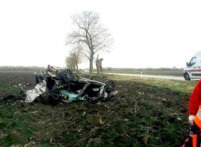 Смертельное ДТП в Словакии: Škoda на полном ходу влетела в дерево