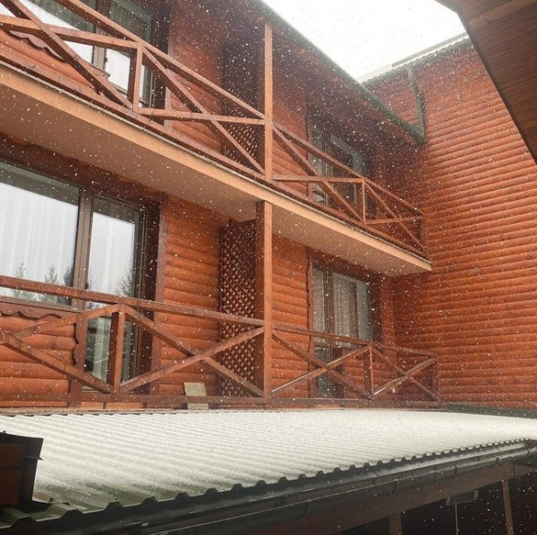 Курортное село возле Ужгорода стремительно засыпает снегом