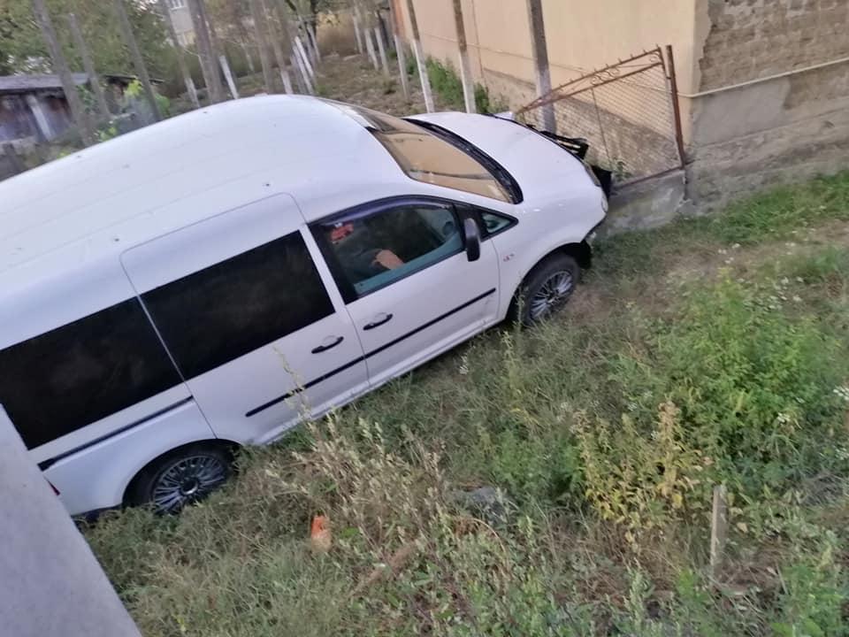 На Закарпатье микроавтобус залетел в забор
