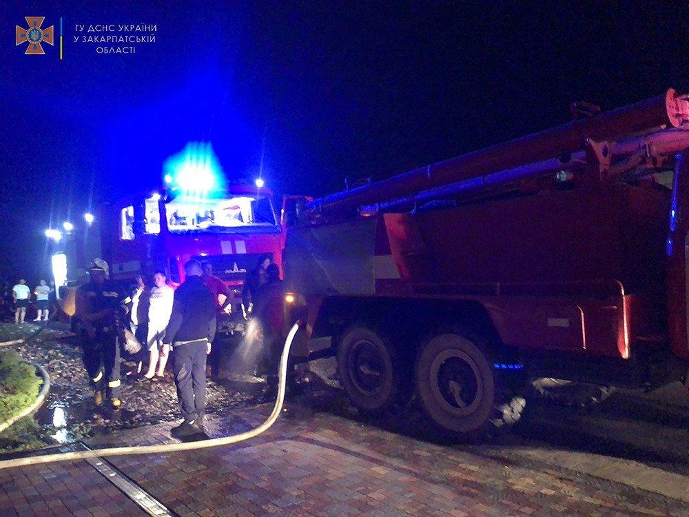В Закарпатье молния спровоцировала масштабный пожар в туристическом городке: Пострадал двухэтажный дом