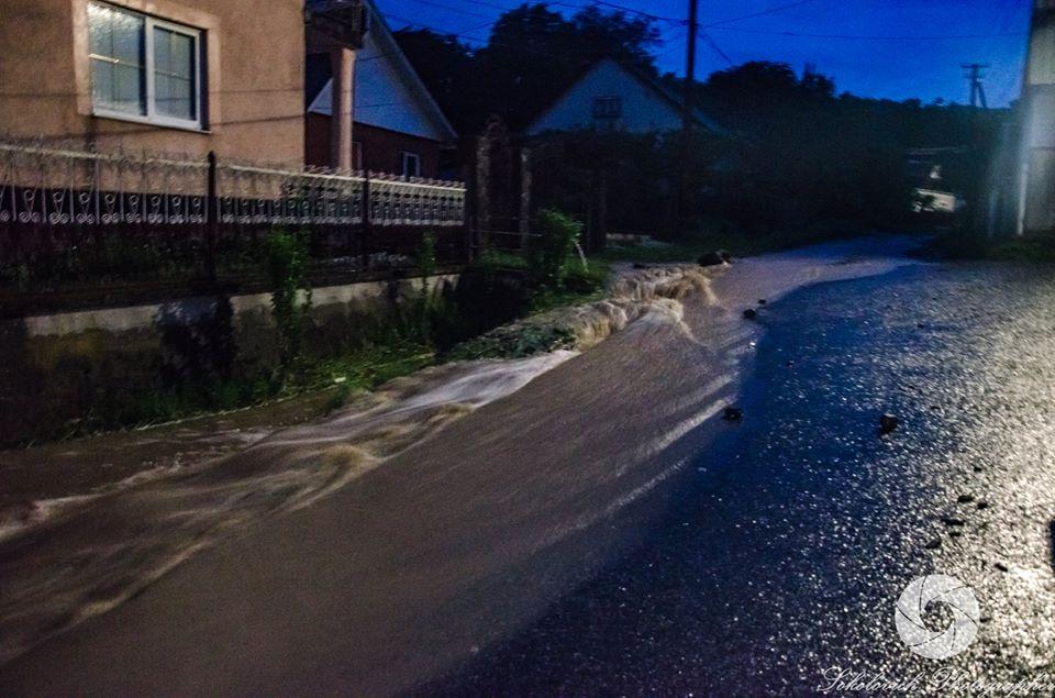 Бесконечные ливни превратили район на Закарпатье в сплошную реку