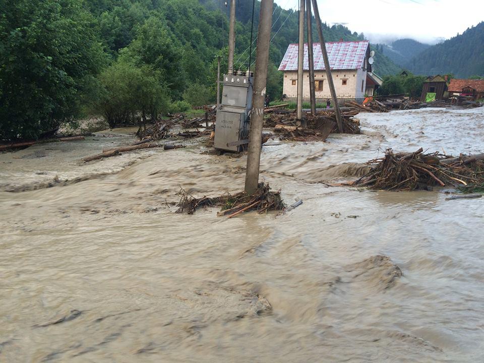 Огромные потоки воды и грязи затопили села Луг и Богдан