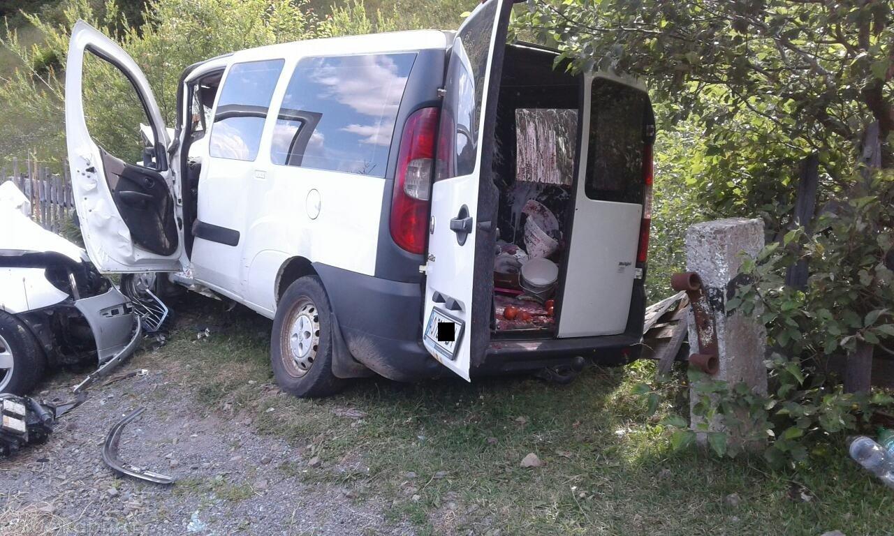 На Закарпатье микроавтобус и легковушка встретились лоб в лоб