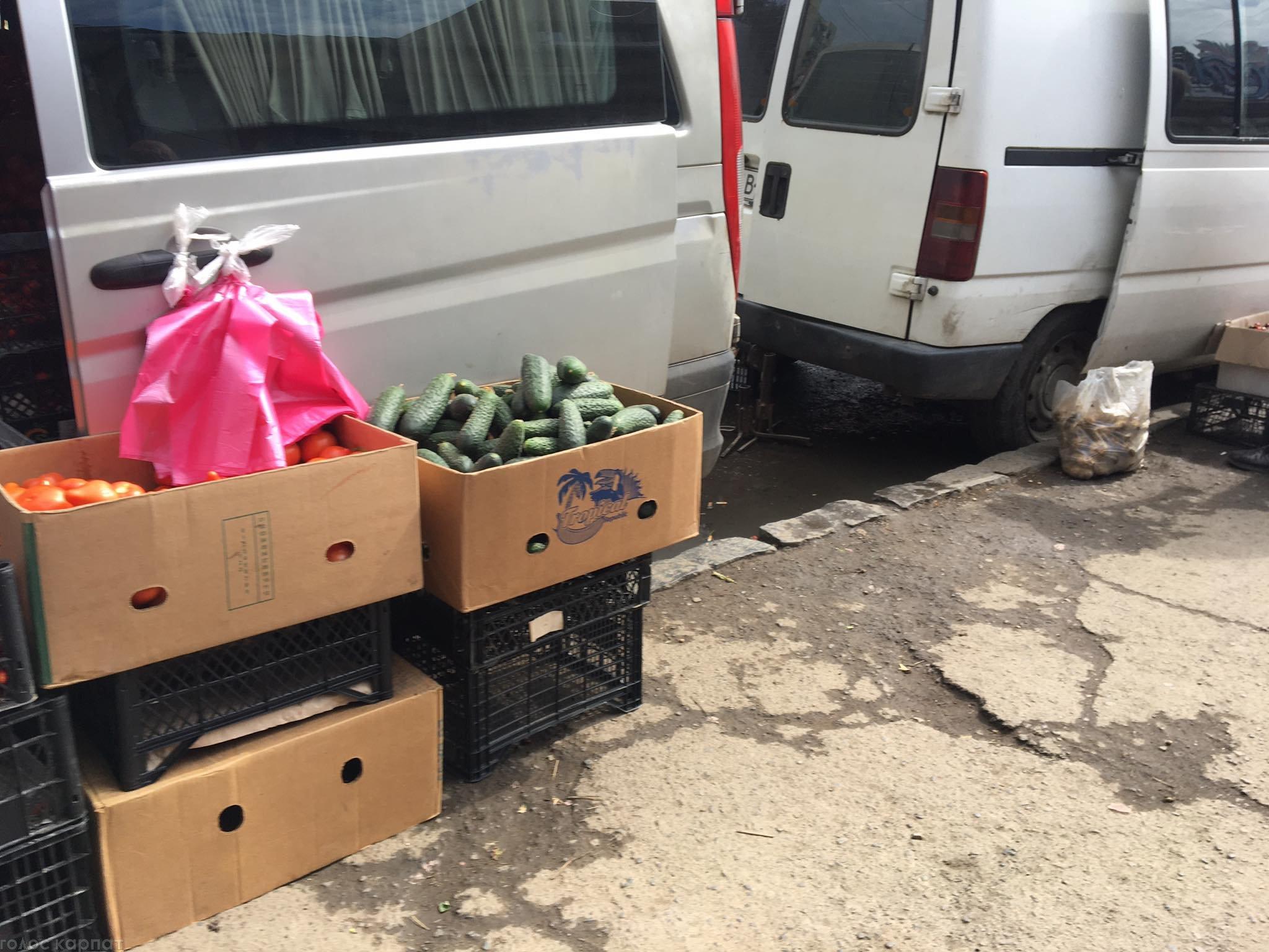 Прямо из багажника: В Ужгороде продавцы на рынках боятся не понятно чего (