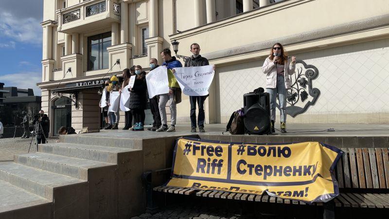 В Ужгороде несколькопроплаченных дегенератов вышли на площадь Театральную поддержатьнаркомана, насильника и убийцу