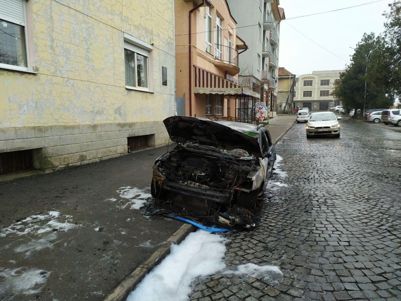 Поджег или случайность?: В Мукачево на центральной набережной полностью сгорел автомобиль