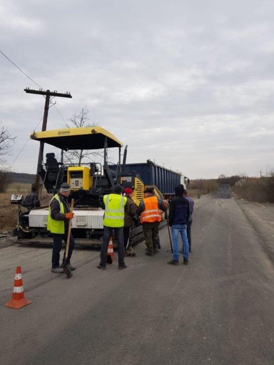 В Закарпатье дорога, прежде покрытая сплошными выбоинами, уже с новым асфальтом