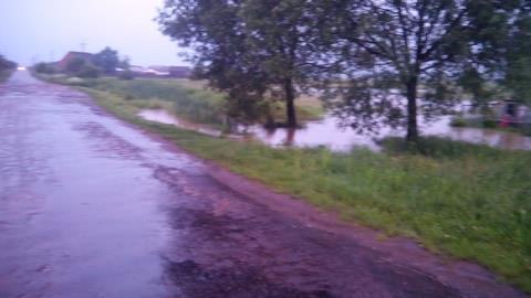 В Закарпатье из-за разлива реки спасатели перекрыли дорогу