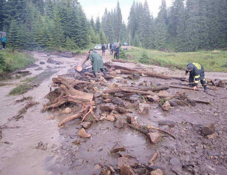 В Закарпатье мощный селевой поток напрочь заблокировал две дороги