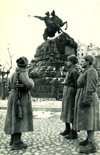 1943 г. Красноармейцы-освободители возле Богдан