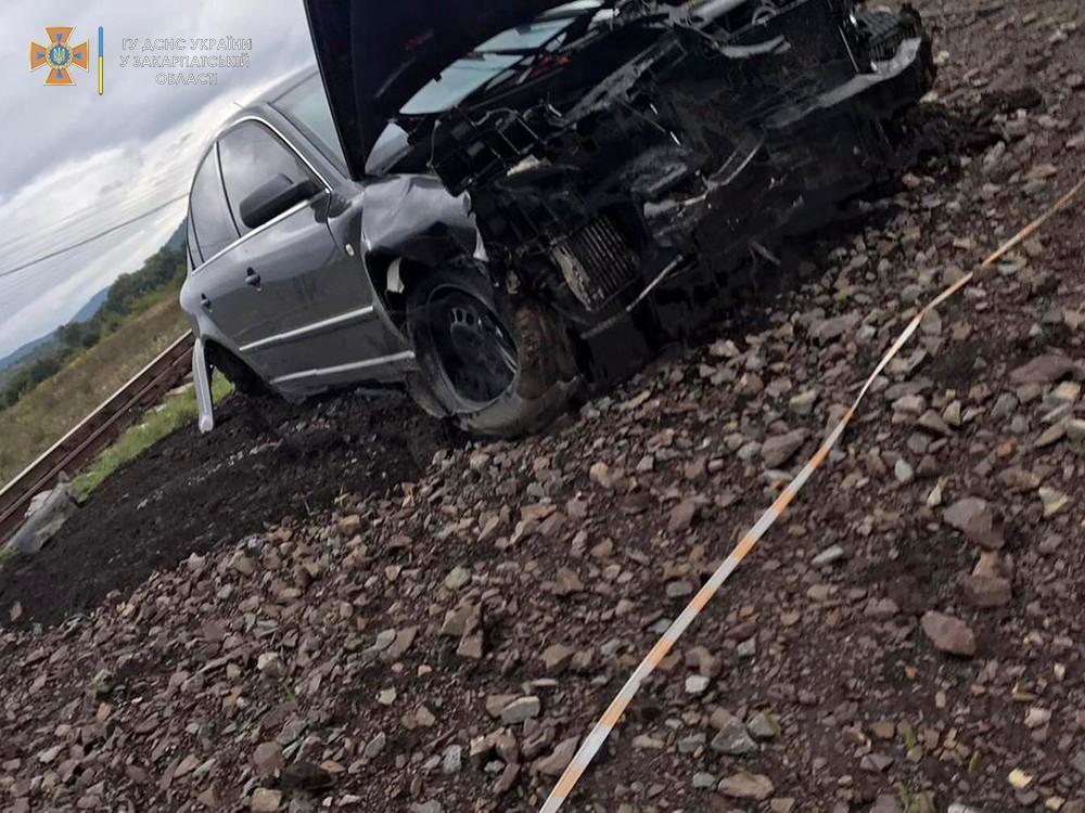 В Закарпатье иномарку выбросило на железнодорожные пути