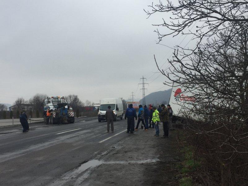 Трасса перекрыта: Возле Мукачево большая фура из России попала в ДТП