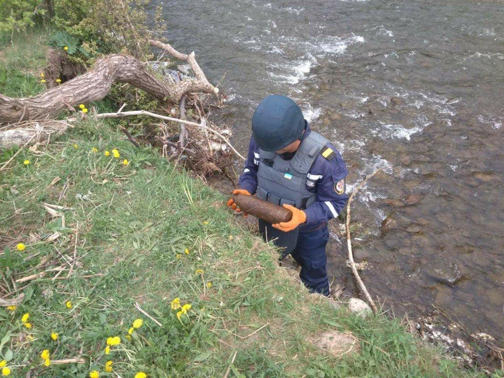 На Закарпатье из реки выловили артиллерийский снаряд