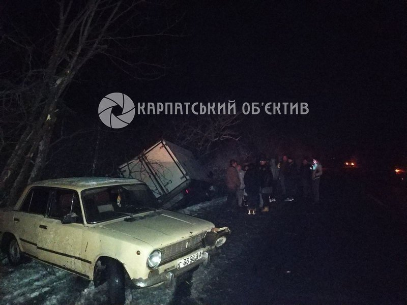 ДТП на Закарпатье: Грузовик после столкновения упал в кювет