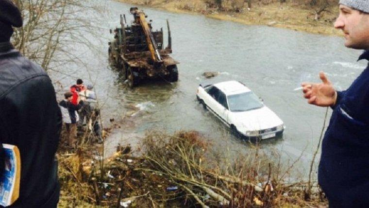 Автомобиль сошел с трехметровой высоты прямо в реку Репинка