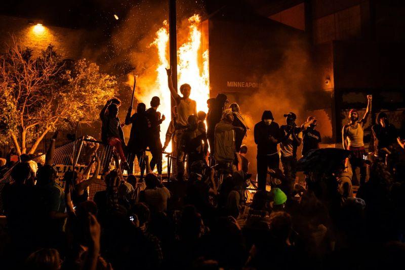 Полиция Миннеаполиса полностью потеряла контроль над городом