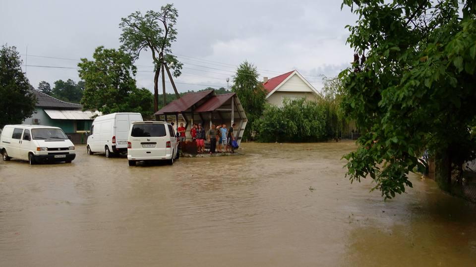 В Больших Комятах в Виноградовском районе дороги превратились в реки