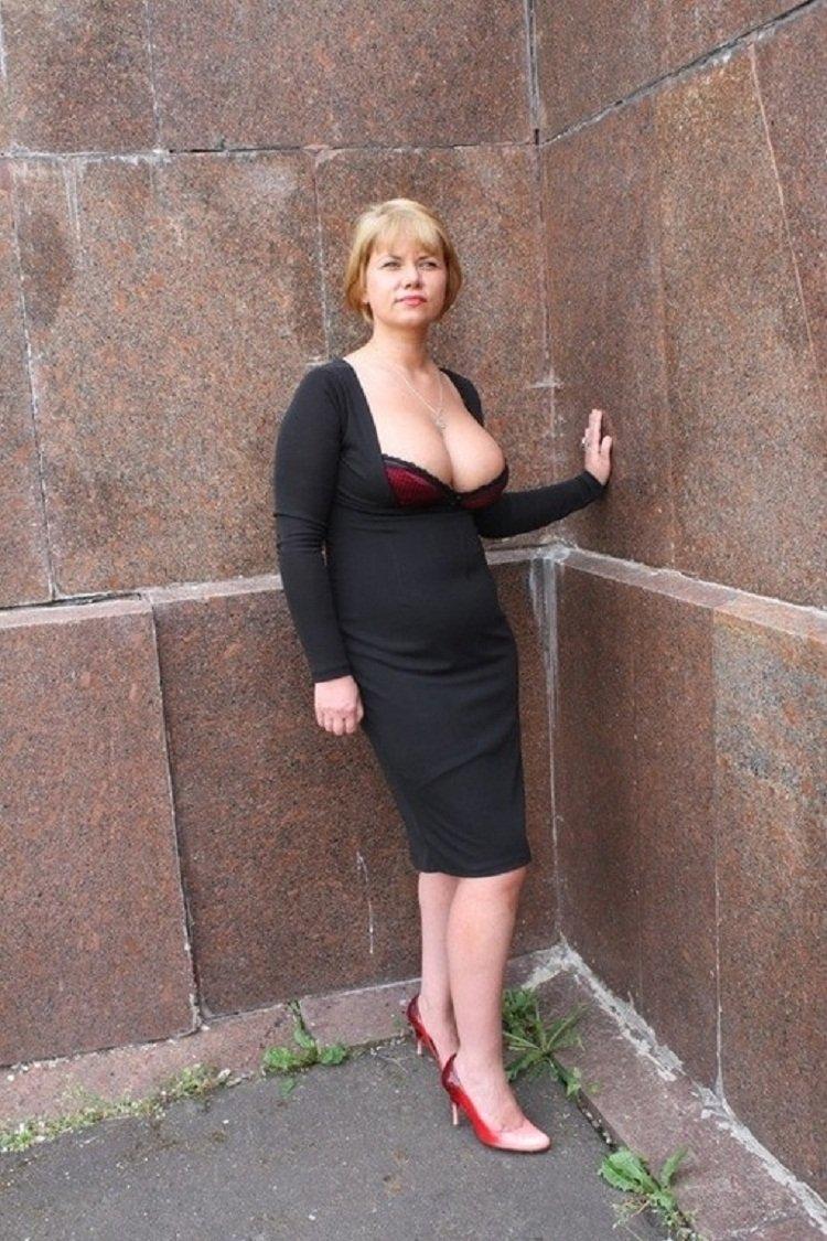 Зрелая мамочка оголяет свои огромные шары в публичных местах  374608