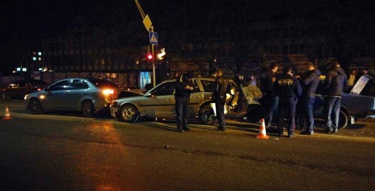 Столкнулись 3 автомобиля, одна из них - такси.
