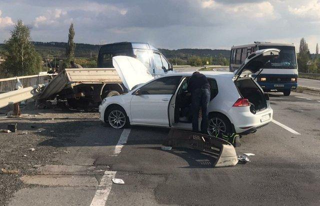 """ДТП на главной трассе в Закарпатье: На месте уже """"скорая"""", а автомобили знатно потрепало"""