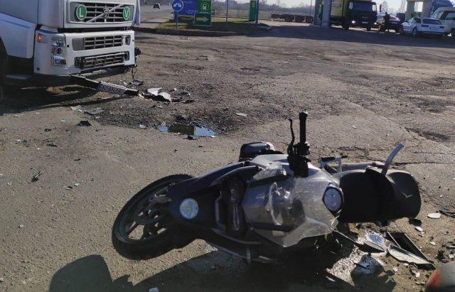 Возле Ужгорода фура одним ударом отправила мотоциклиста в больницу
