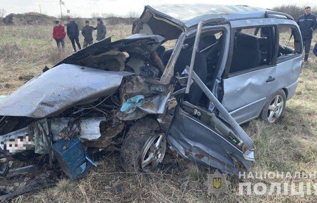 Жуткие подробности ДТП возле Ужгорода: Трупы мертвых мужчин силой вытаскивали из разрушенного авто (ФОТО)