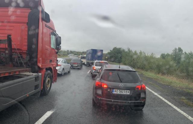 В Закарпатье фура заблокировала половину главной трассы