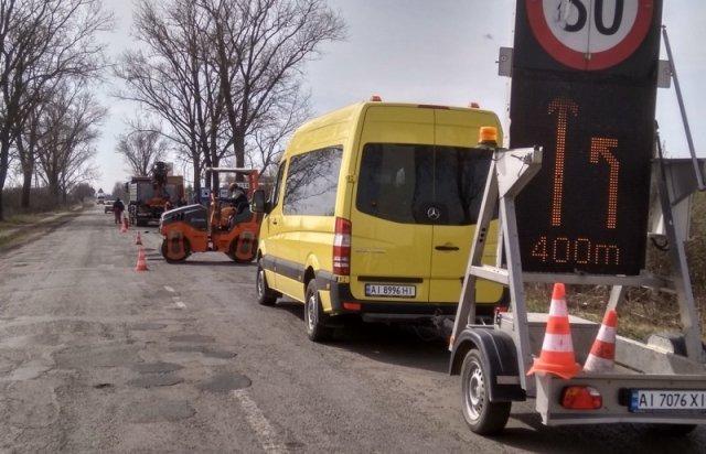 """В Закарпатье латают дорогу возле КПП """"Лужанка"""""""