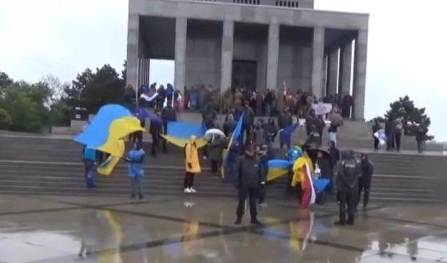 Столицу Словакии атаковал скандальный российский байк-клуб с флагами с провокационными флагами