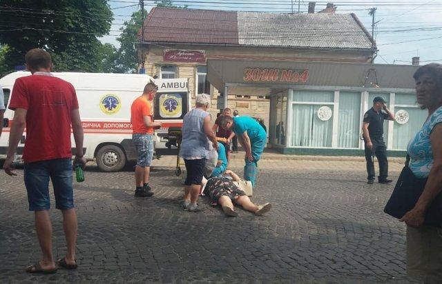 В Закарпатье среди бела дня бедолага попала под колёса машины
