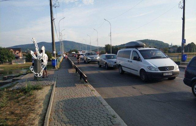 В Мукачево на одной из улиц водители застряли в заторе