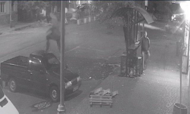 В Ужгороде разыскивают хулигана, прыгающего по припаркованным машинам