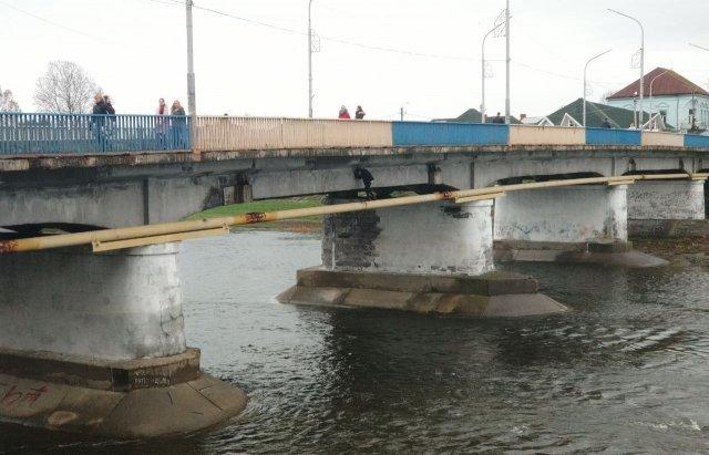 По трубе над рекой: В Мукачево школьники нашли себе устрашающее развлечение