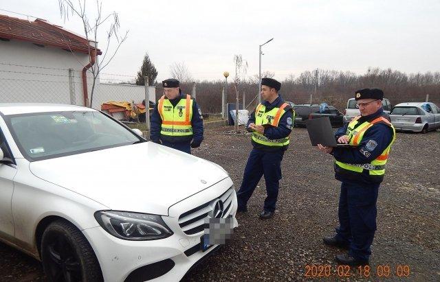 Возле границы с Закарпатьем венгерские полицейские массово проверяют евробляхи