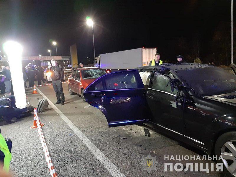 В Киеве бросили взрывчатку на крышу Мерседес-Benz: Один погиб, двое ранены