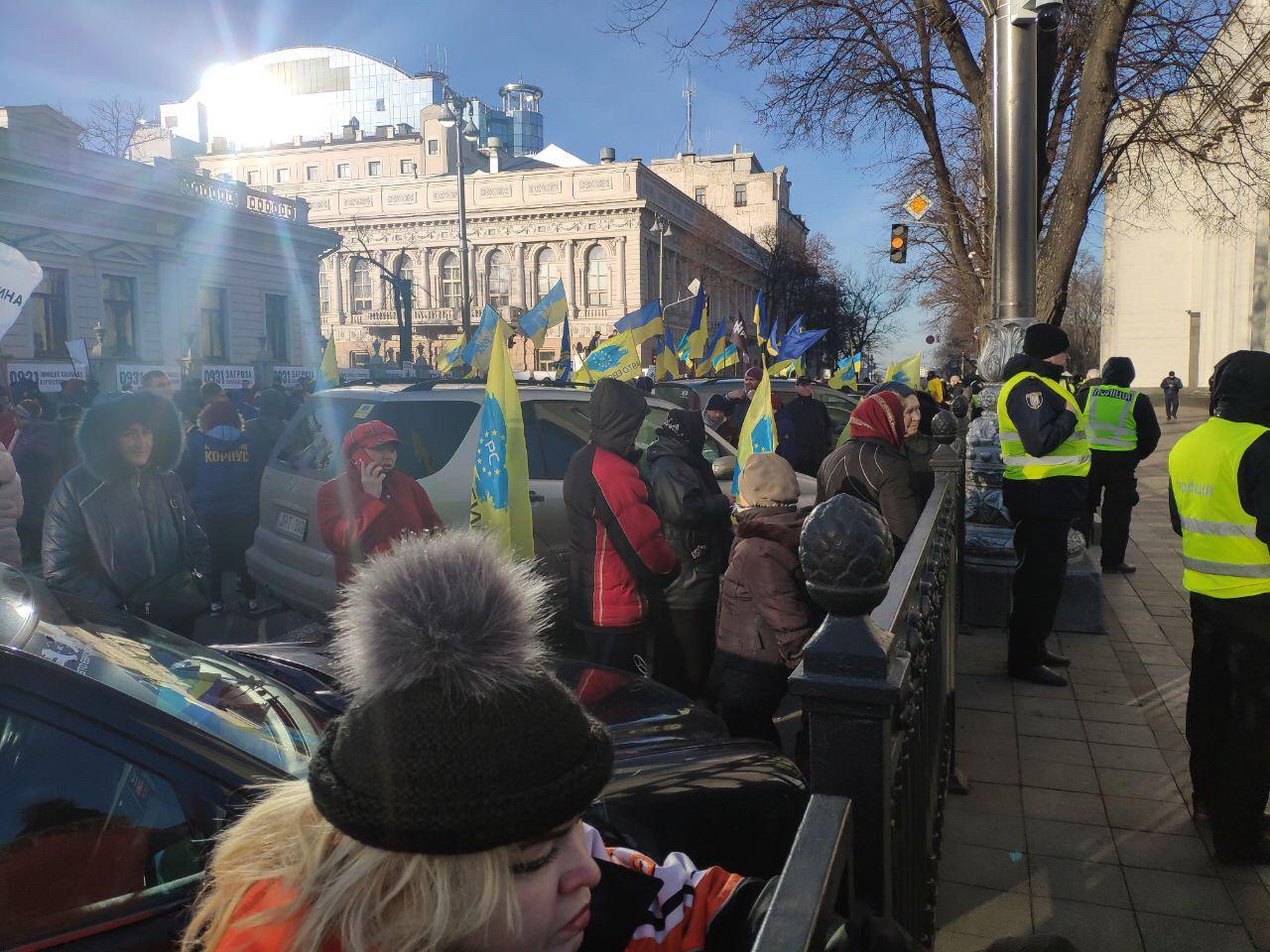 В центр Киева стянуты силы полиции: Сотни людей устроили потасовку возле Парламента