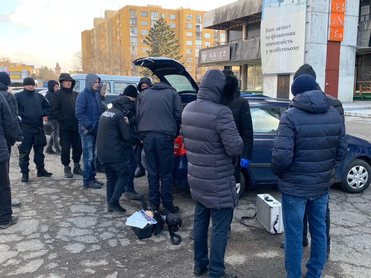 """В Ужгороде возле отеля """"Закарпатье"""" обыски: Куча полицейских, один задержанный"""