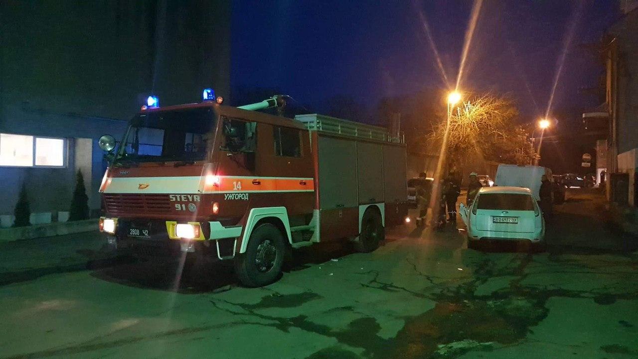 В Ужгороде пожарная машина не хило разодрала припаркованный Ford