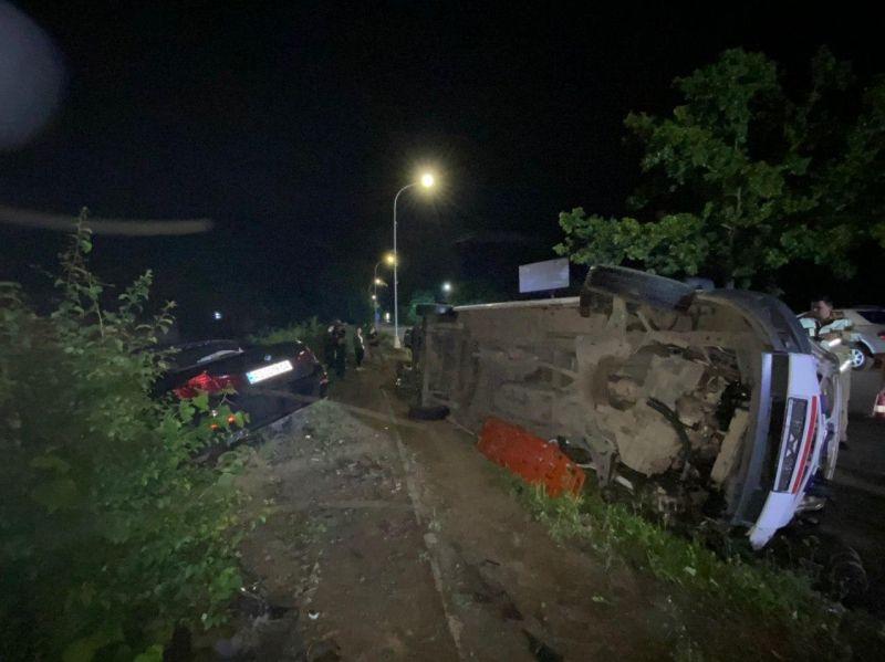 ДТП в Ужгороде : От мощного удара «скорая» перевернулась на бок, BMW вылетел с дороги